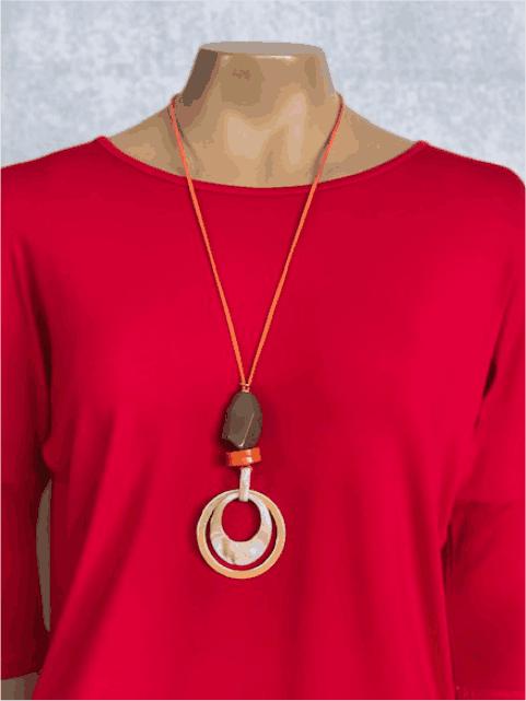 Colar Feminino Longo Artesanal Pingente Marrom e Laranja com Anéis Bege e Dourado