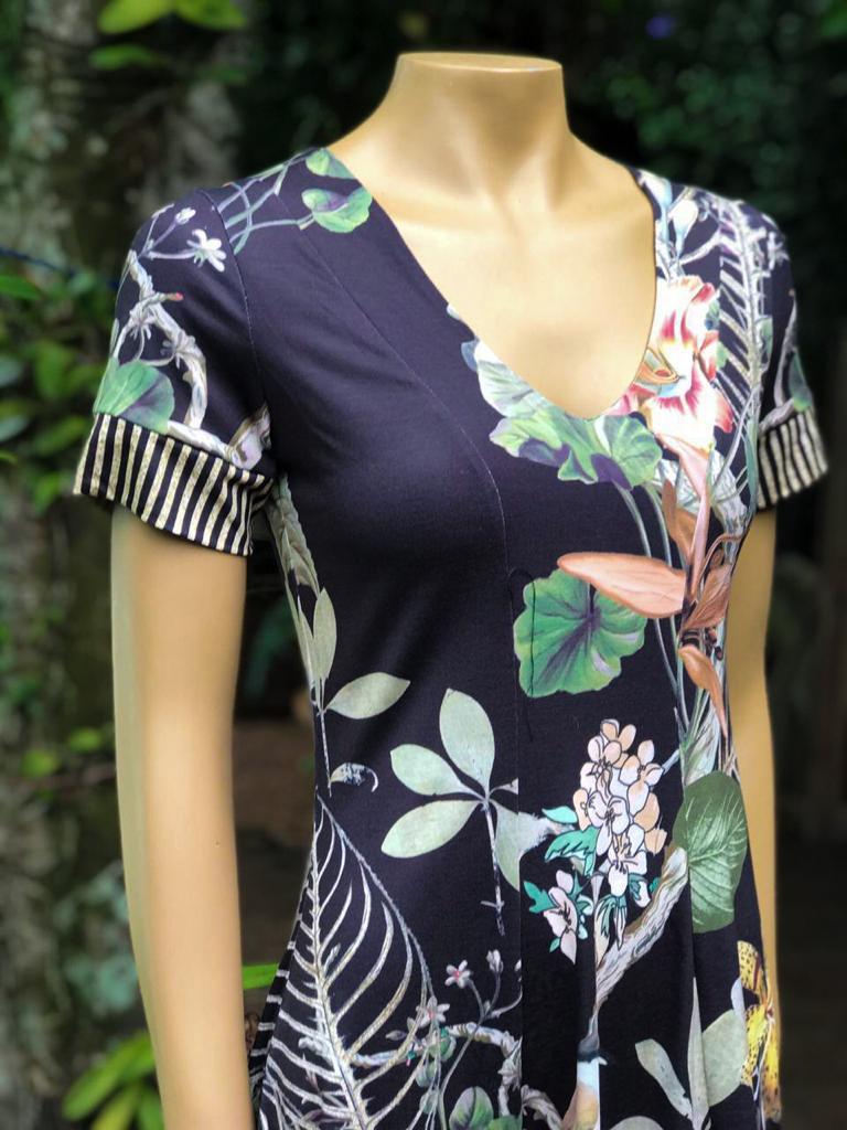 Vestido Feminino Manga Curta Intuição Estampado Preto com Floral