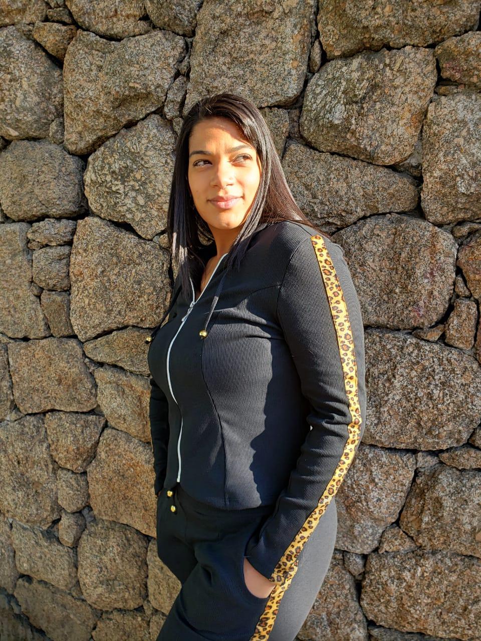 CONJUNTO DE MALHA CANELADA DETALHE ONÇA