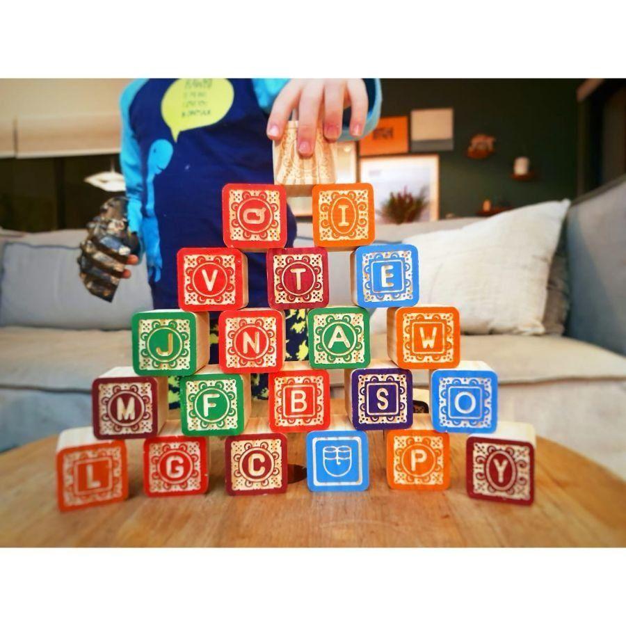 Cubos ABC em madeira entalhados