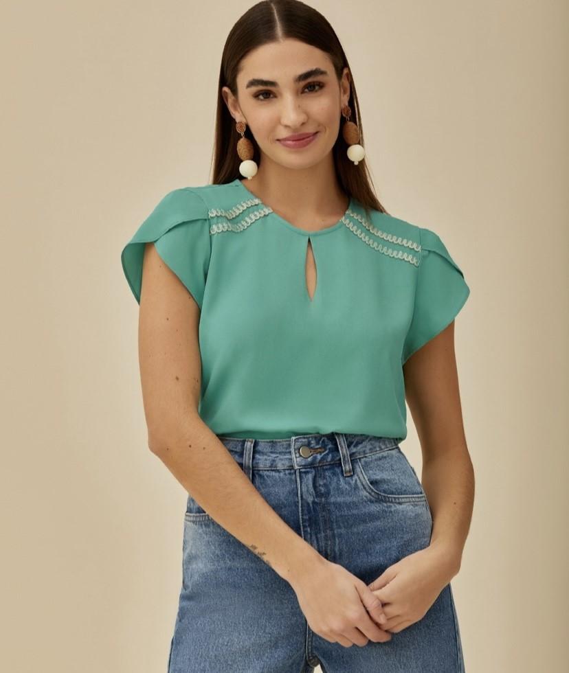 Blusa crepe detalhe no ombro