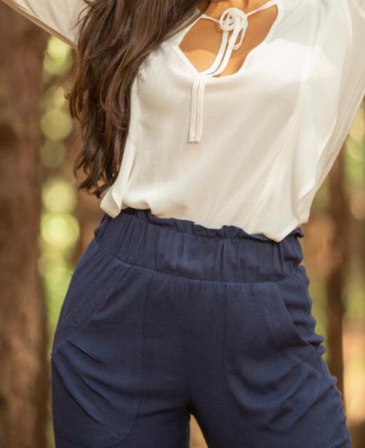 Calça cós largo com elástico