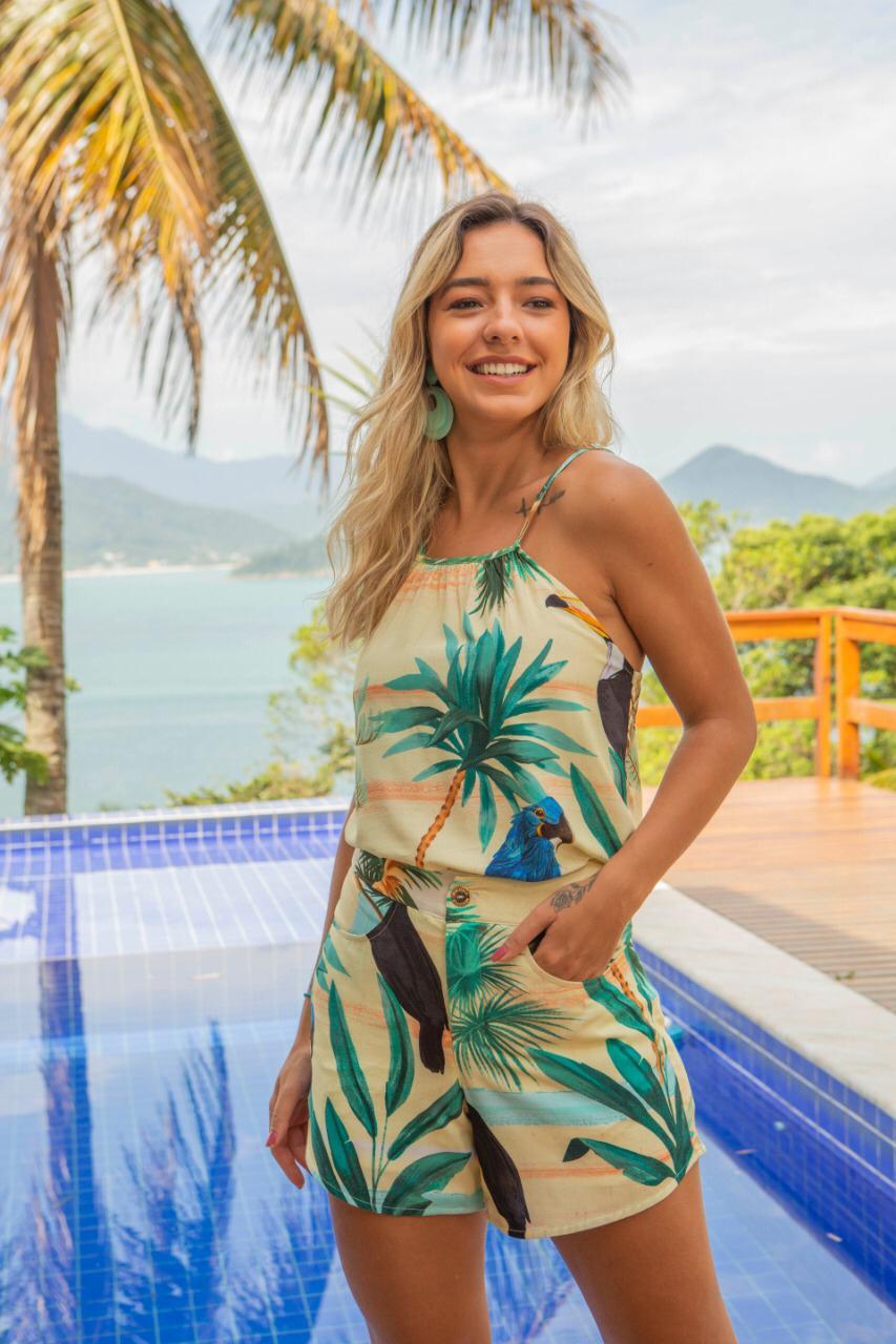 Conjunto de regata e shorts tropical