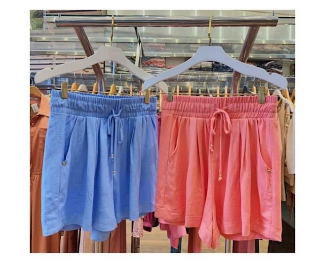 Shorts em V com pregas