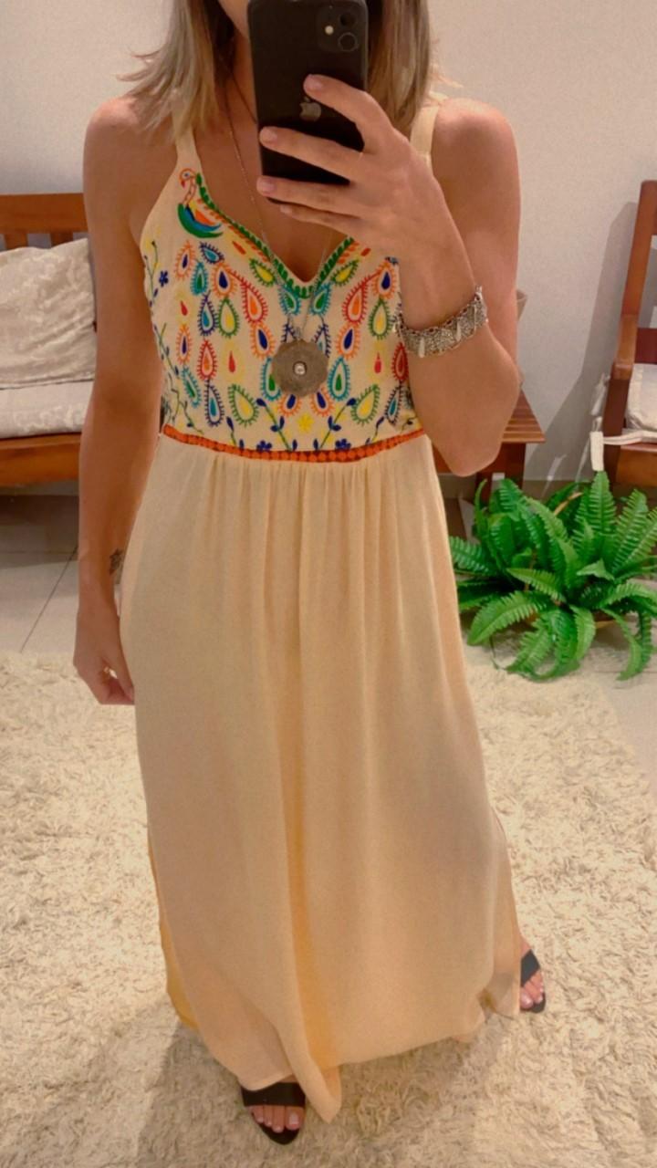 Vestido longo bordado gotas coloridas