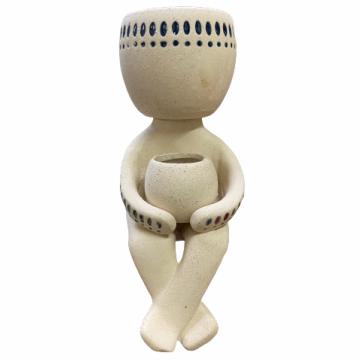 Cachepot Boneco Sentado de Cerâmica Artesanal Areia c/ Azul Syb 13x19cm