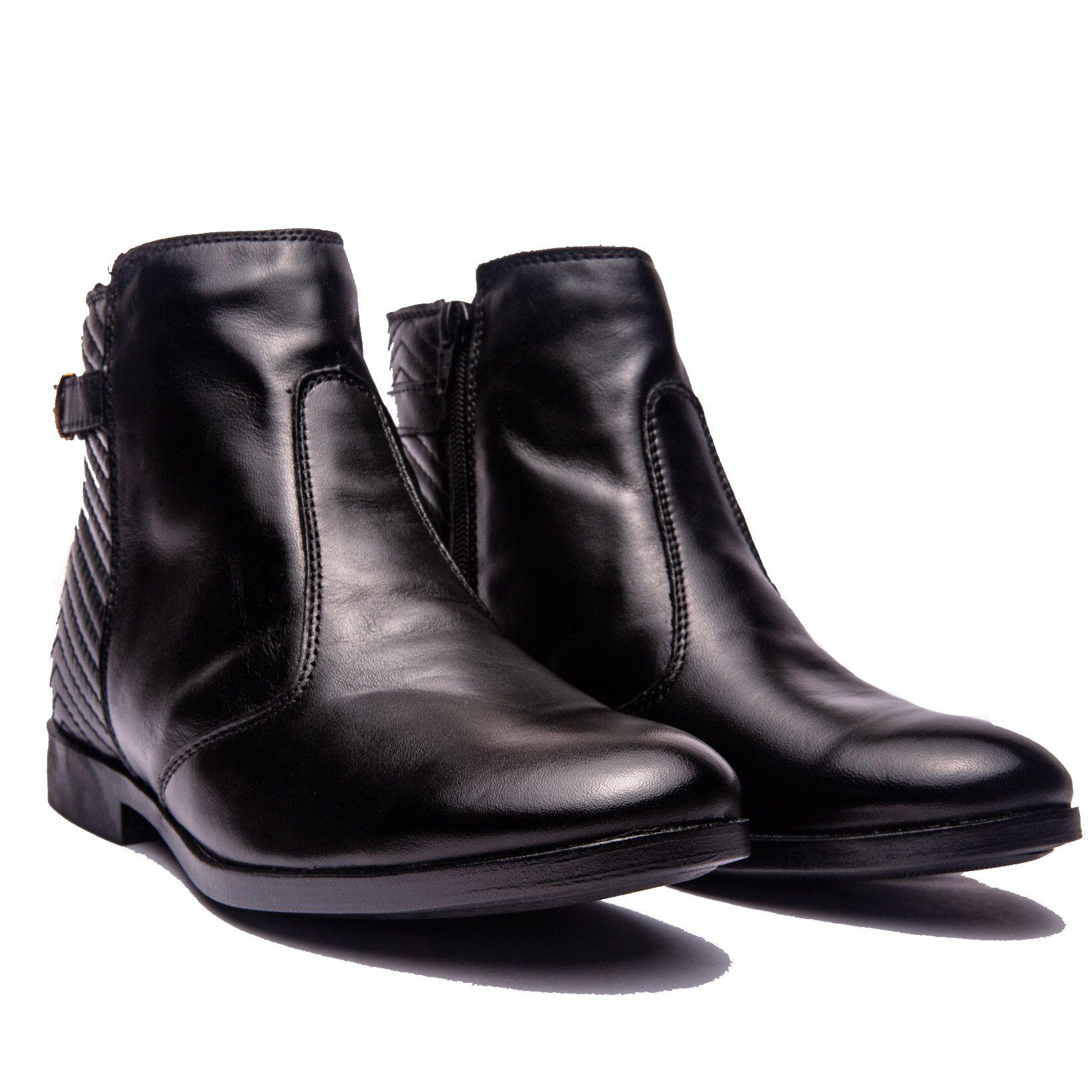 Bota de cano curto de matelassê na parte traseira em couro preto.