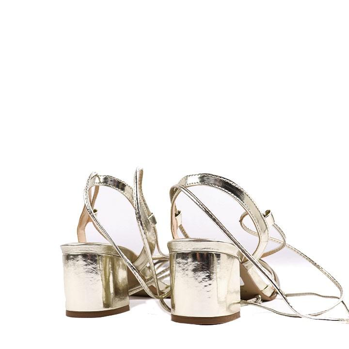 Sandália de amarração e salto bloco multicolor ouro.