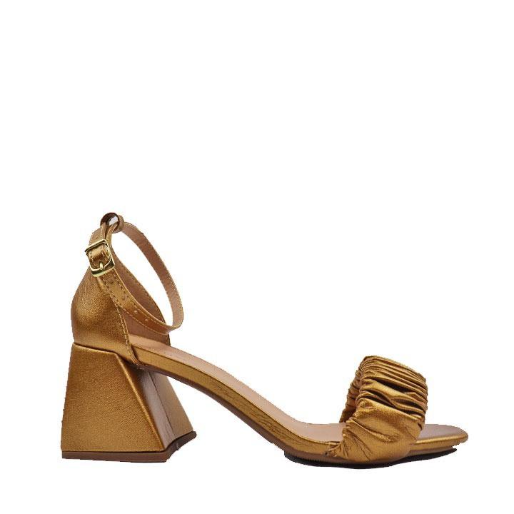 Sandália metalizado rust com tira frontal salto flare.