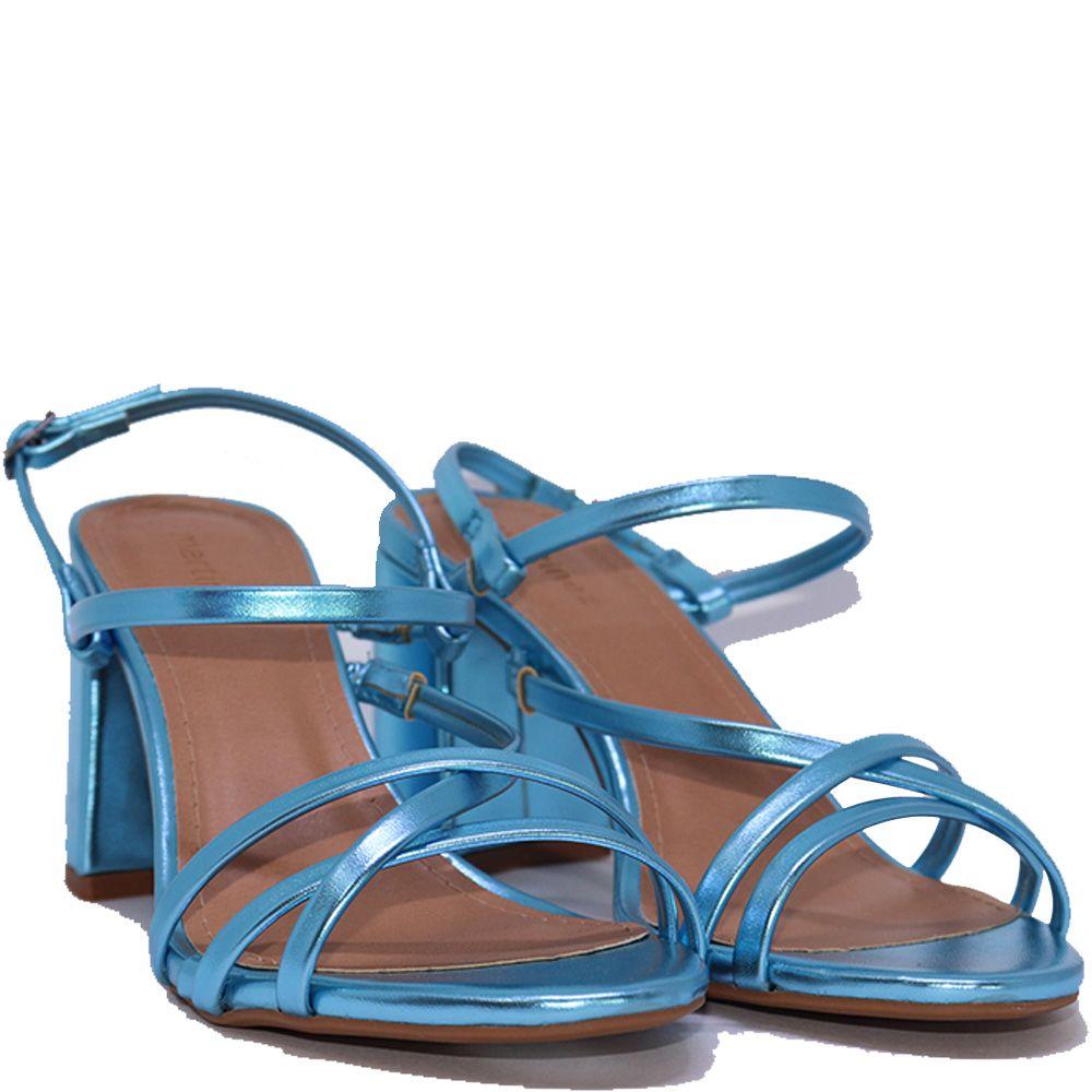 Sandália tira metalizadas azul celeste.