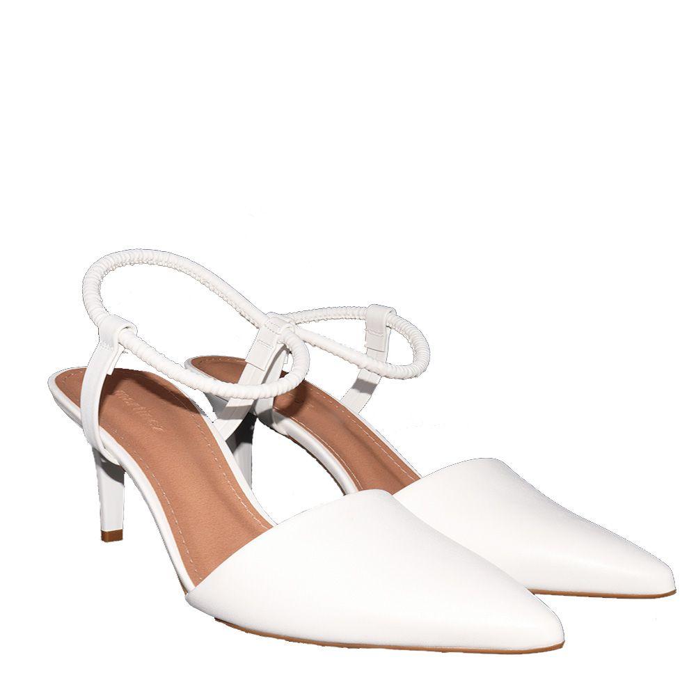 Scarpin bico fino salto alto com tira no tornozelo em elástico todo branco