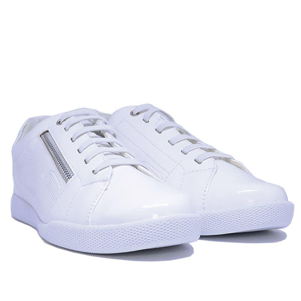 Tênis clássico  branco com cadarço.