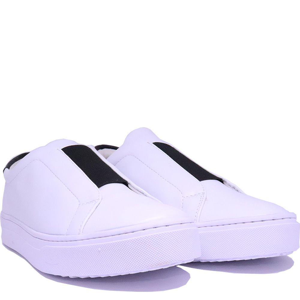 Tênis Slip On branco bico redondo  com detalhe  elástico largo preto na frente.