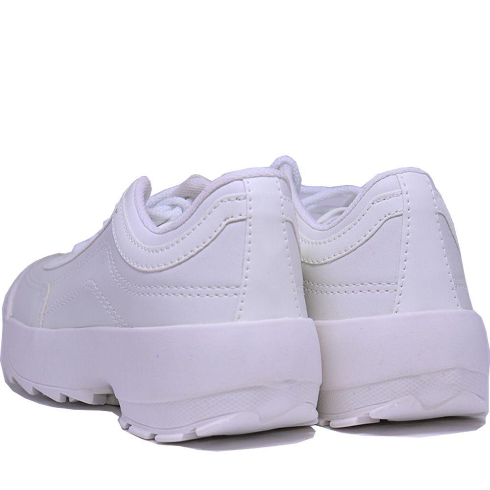 Tênis Sneaker branco com cadarço branco.