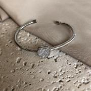 Bracelete Estruturado com Coração Cravejado Banhado a Ródio Branco