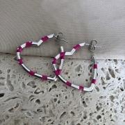 Brinco Argola M de Coração Esmaltada Rosa Banhado a Ródio Branco
