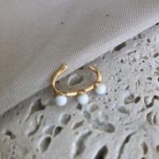 Brinco Piercing Bolinhas Brancas Banhado a Ouro 18K