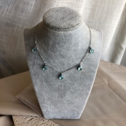 Colar com Gotinhas de Pedra Azul Banhado a Ródio Branco