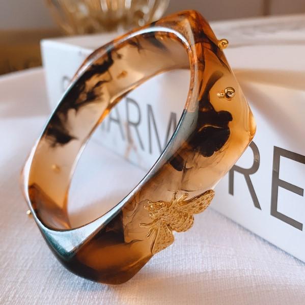 Bracelete Assimétrico Resina Tartaruga com Abelha Banhada a Ouro 18k