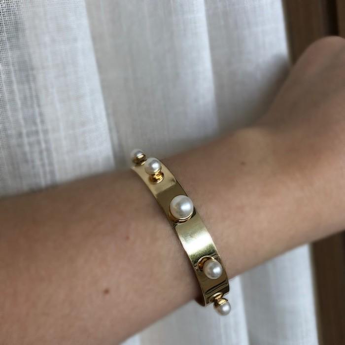 Bracelete Chapa lisa com Pérolas Banhado a Ouro 18k