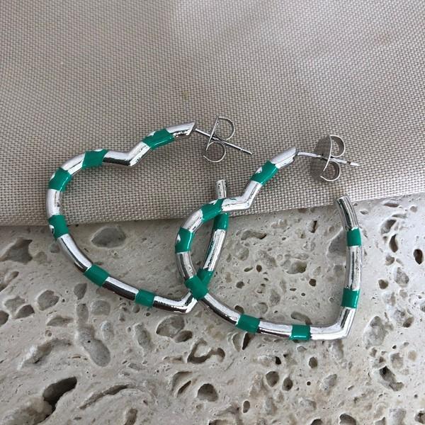 Brinco Argola de Coração Esmaltada Verde Banhado a Ródio Branco
