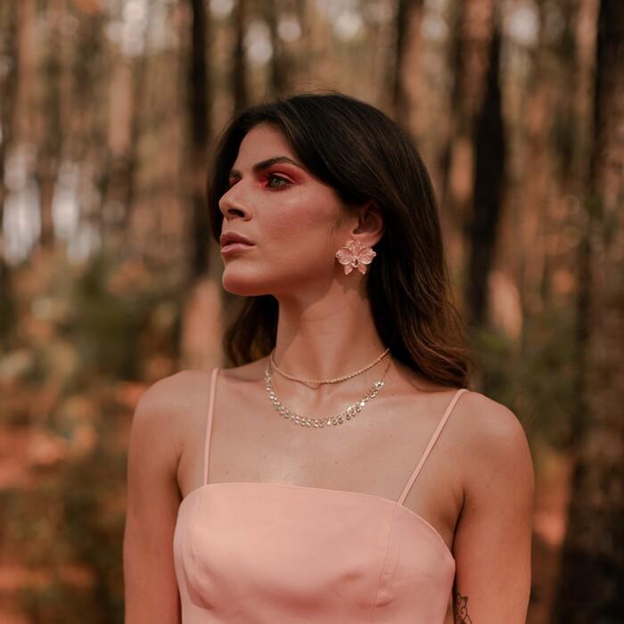 Brinco Flor Esmaltada Rose com Pedra Rosa Banhado a Ouro 18k