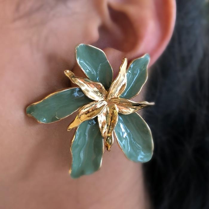Brinco Maxi Flor Verde com Meio Dourado Banhado a Ouro 18k