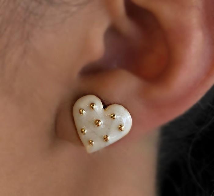 Brinco Mini Coração Perolado com Bolinhas Banhado a Ouro 18k