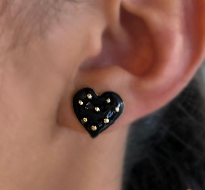 Brinco Mini Coração Preto com Bolinhas Banhado a Ouro 18k