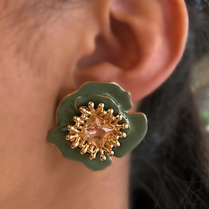 Brinco Mini Flor Esmaltada Verde com Zircônia Amber Banhado a Ouro 18k