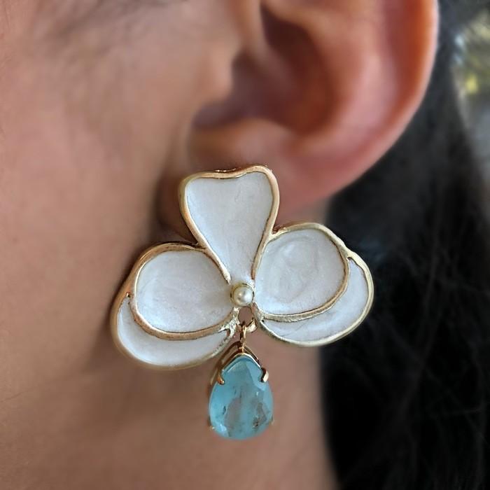 Brinco Orquídea Perolada com Pedra Azul Fusion Banhado a Ouro 18k