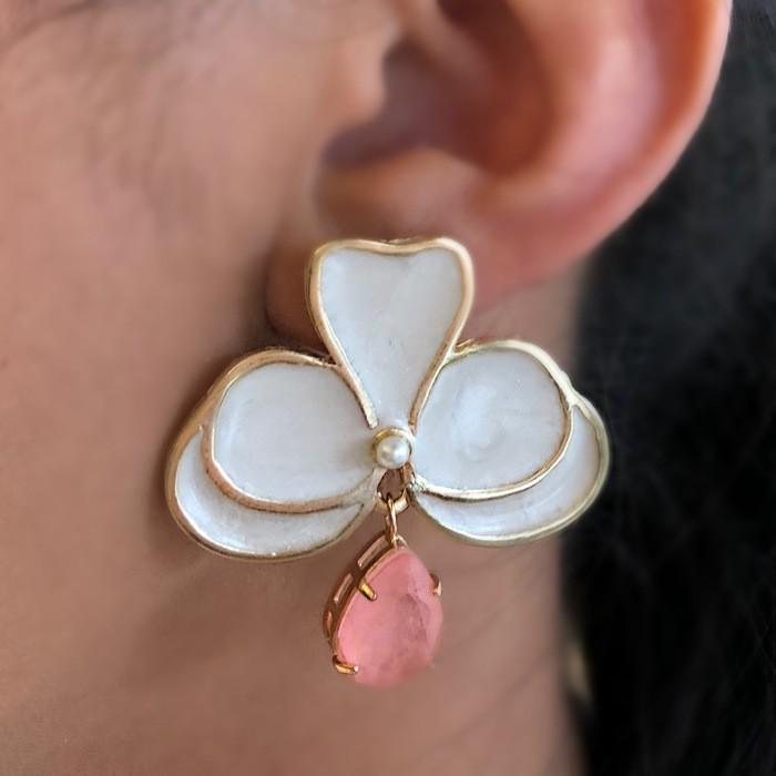 Brinco Orquídea Perolada com Pedra Rosa Fusion Banhado a Ouro 18k