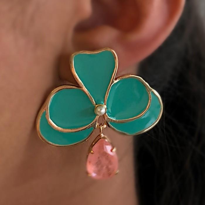 Brinco Orquídea Verde com Pedra Rosa Fusion Banhado a Ouro 18k