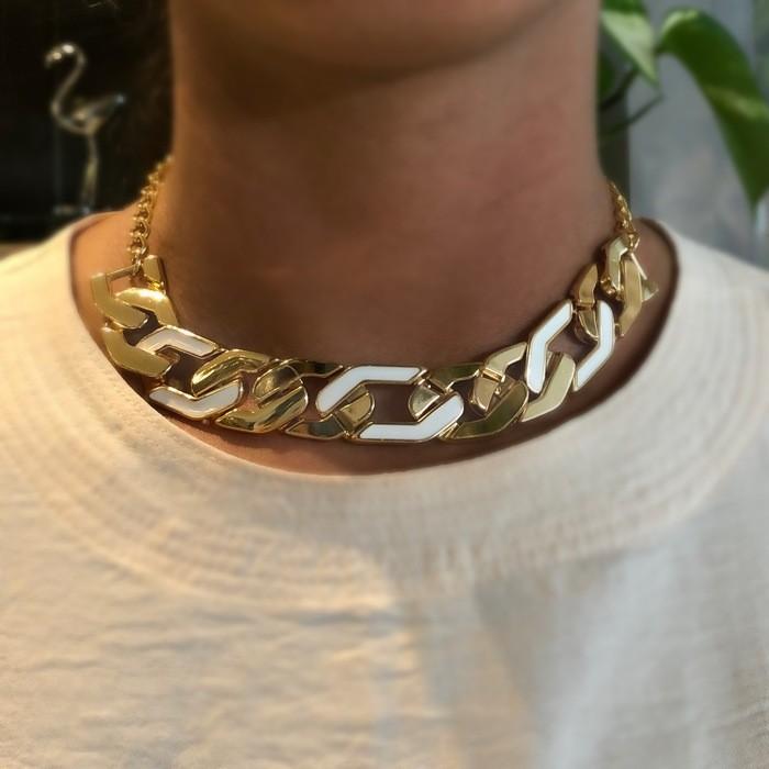 Choker Elos Dourados com Detalhe em Resina Branca Banhado a Ouro 18k