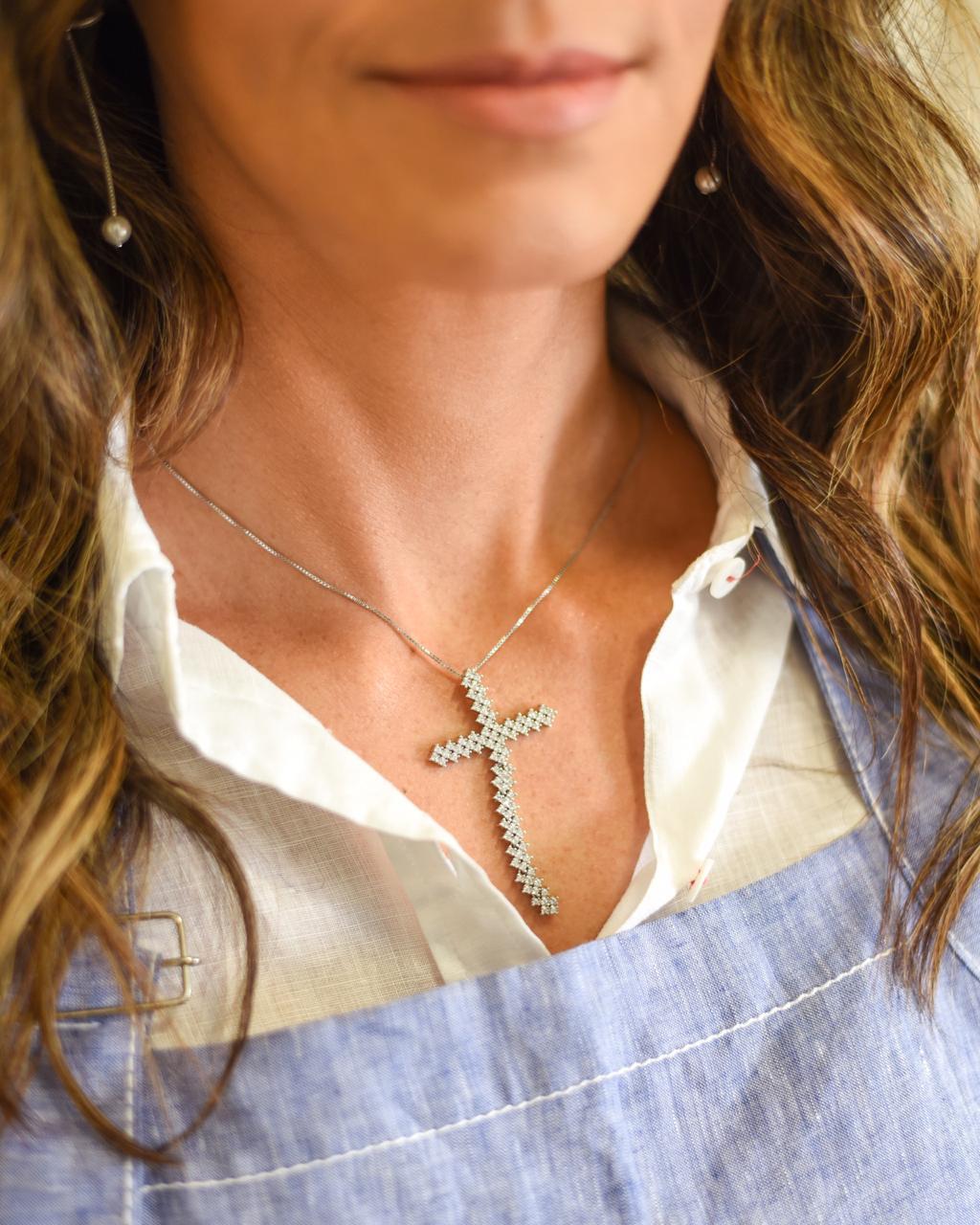 Colar Crucifixo Maleável Microcravejado Zircônias Ródio