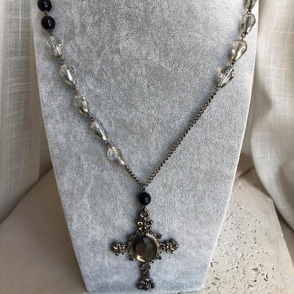 Colar Miçangas com Crucifixo Trabalhado Banhado a Ródio Negro