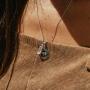 Pedra do signo de Touro: colar com pingente de quartzo rosa + medalhinha