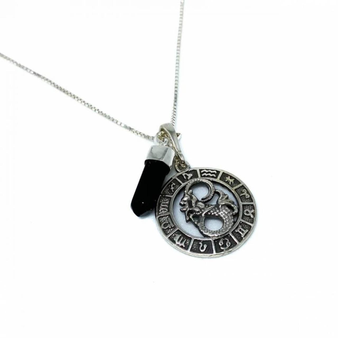 Pedra do signo de Capricórnio: colar com pingente de ônix + medalhinha