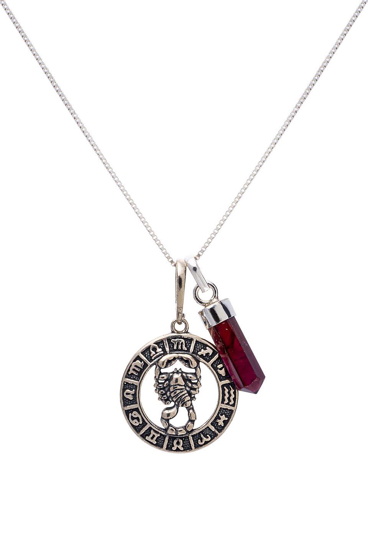 Pedra do signo de Escorpião: colar com pingente de granada + medalhinha