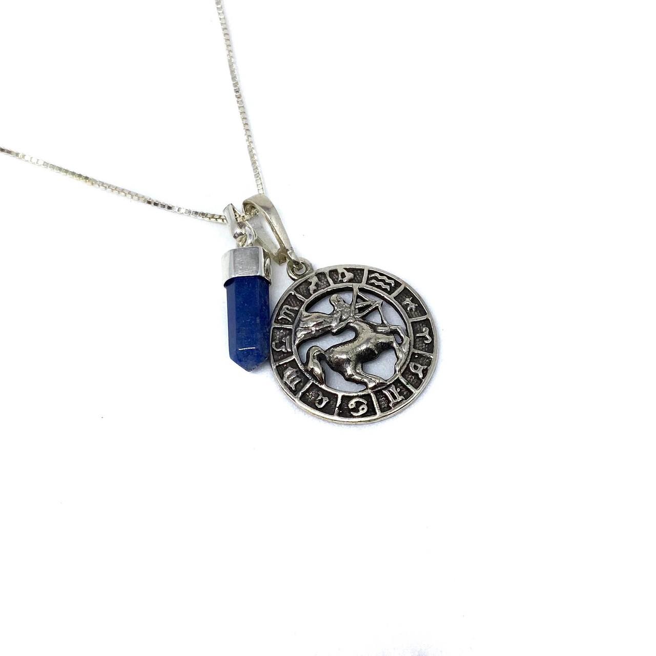 Pedra do signo de Sagitário: colar com pingente de quartzo azul + medalhinha