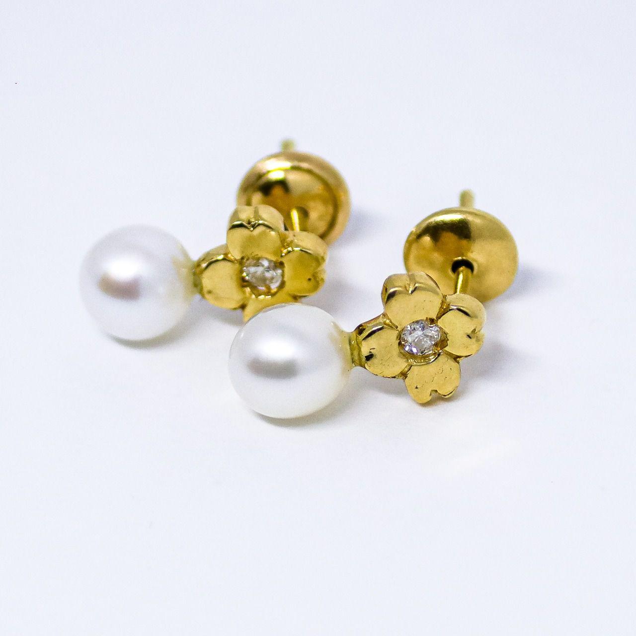 Brinco ouro 18k trevo com diamante e pérolas.