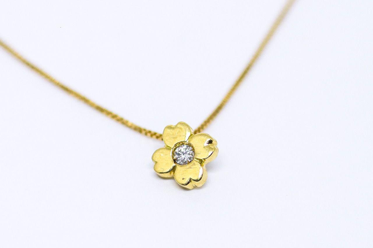 Gargantilha ouro 18k trevo com diamante.