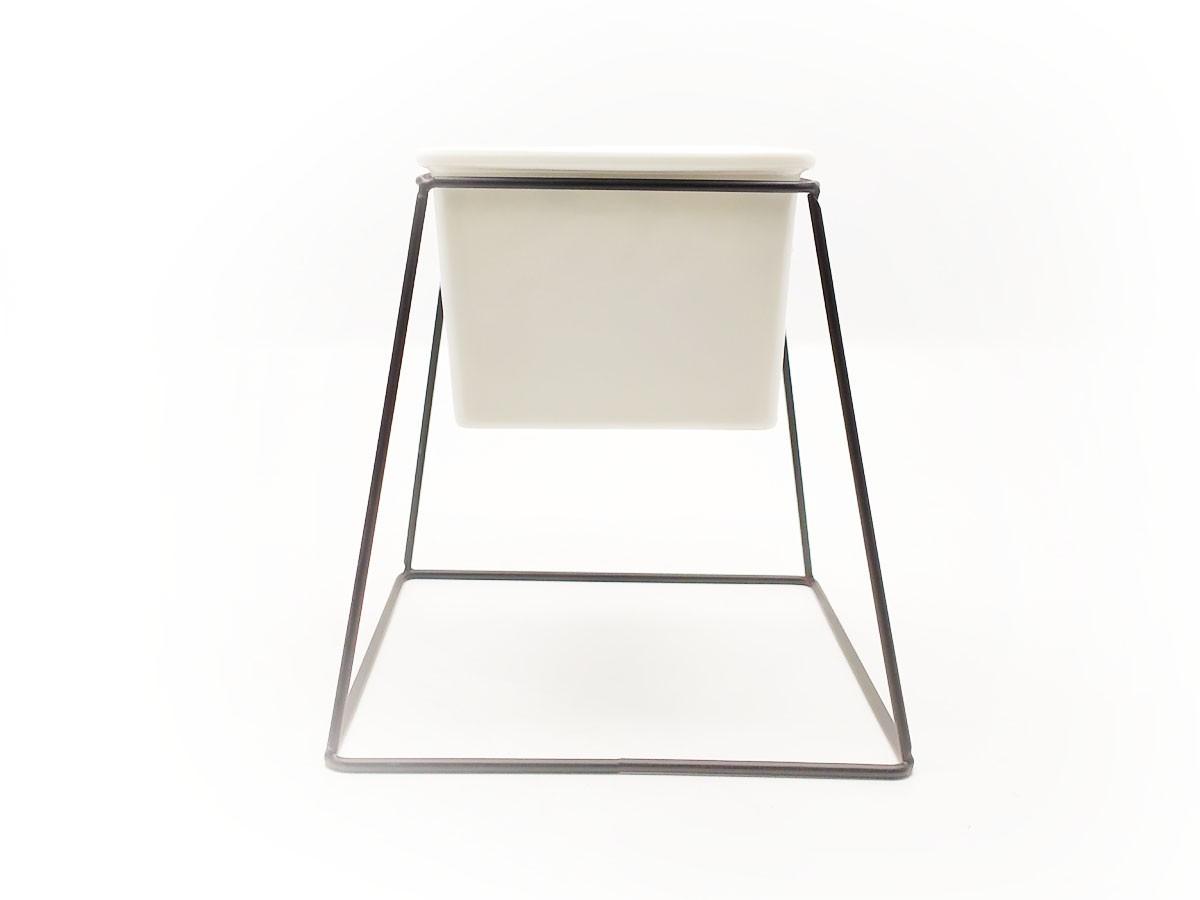 Vaso em Cerâmica com suporte em metal preto - 16,2 x 11 x 18 cm