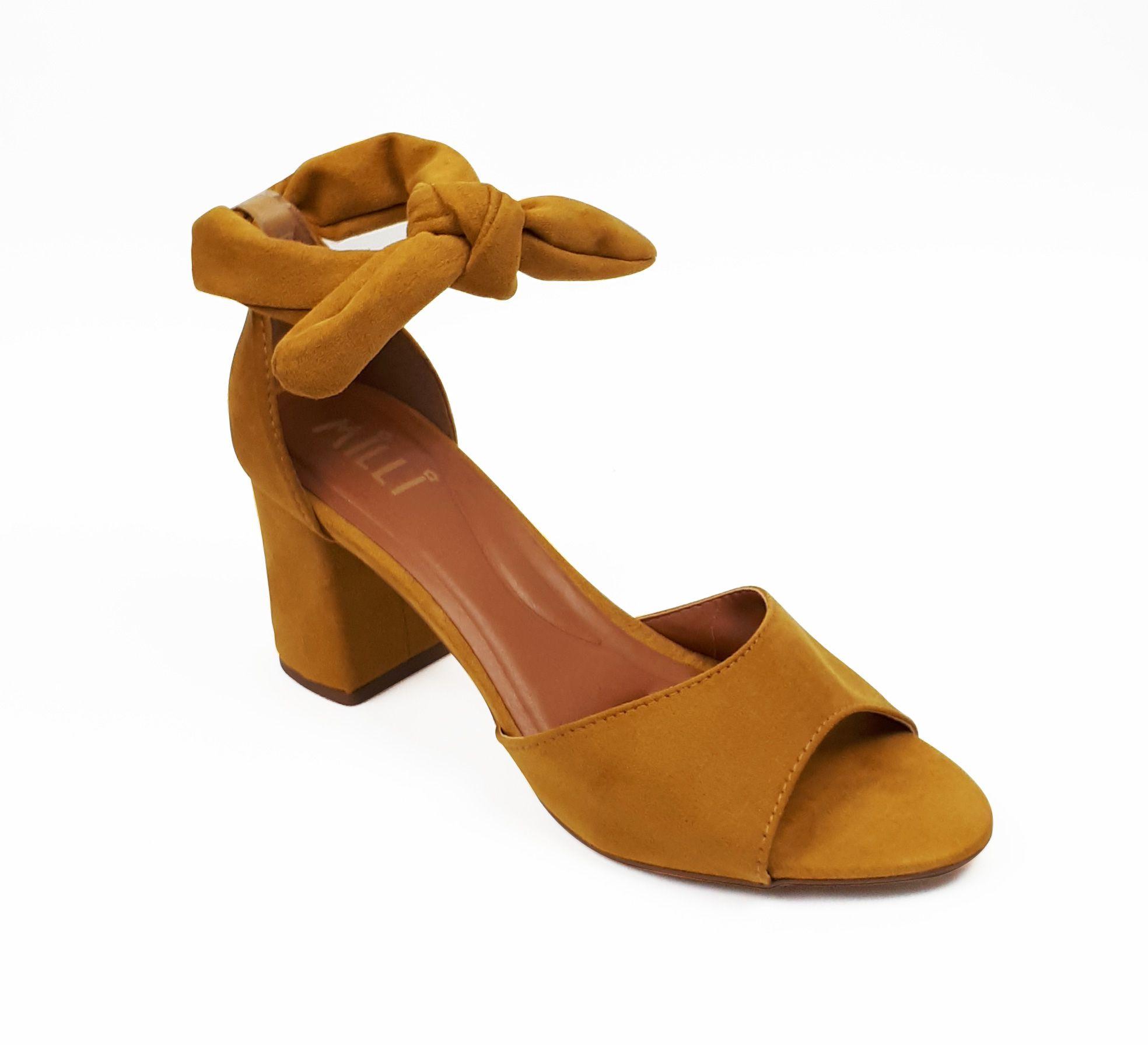 Sandália salto bloco amarração mostarda