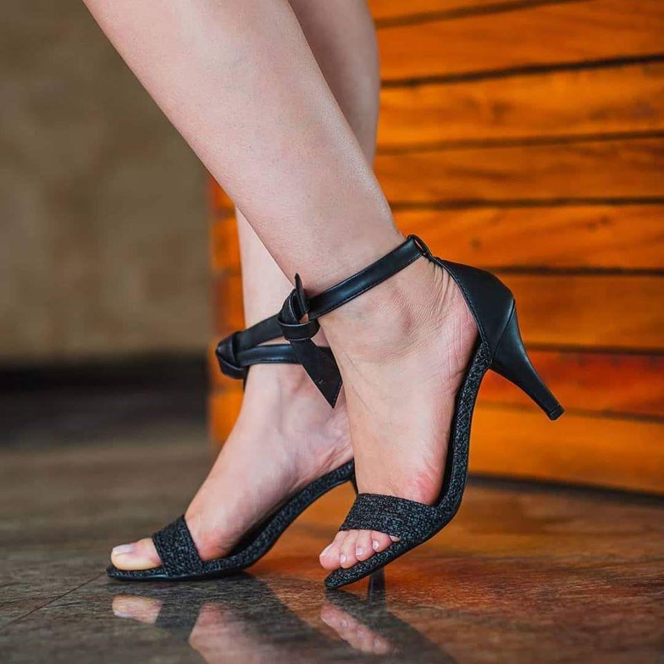 Sandália Salto Fino preta com amarração