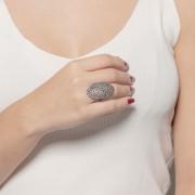 Anel com micro zircônias cristais banho de grafite.