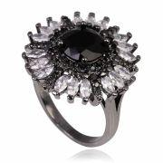 Anel de flor com zircônia negra central e navetes cristais banho de grafite.