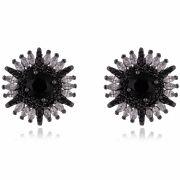Brinco de flor com zircônia negra central e navetes cristais banho de grafite.