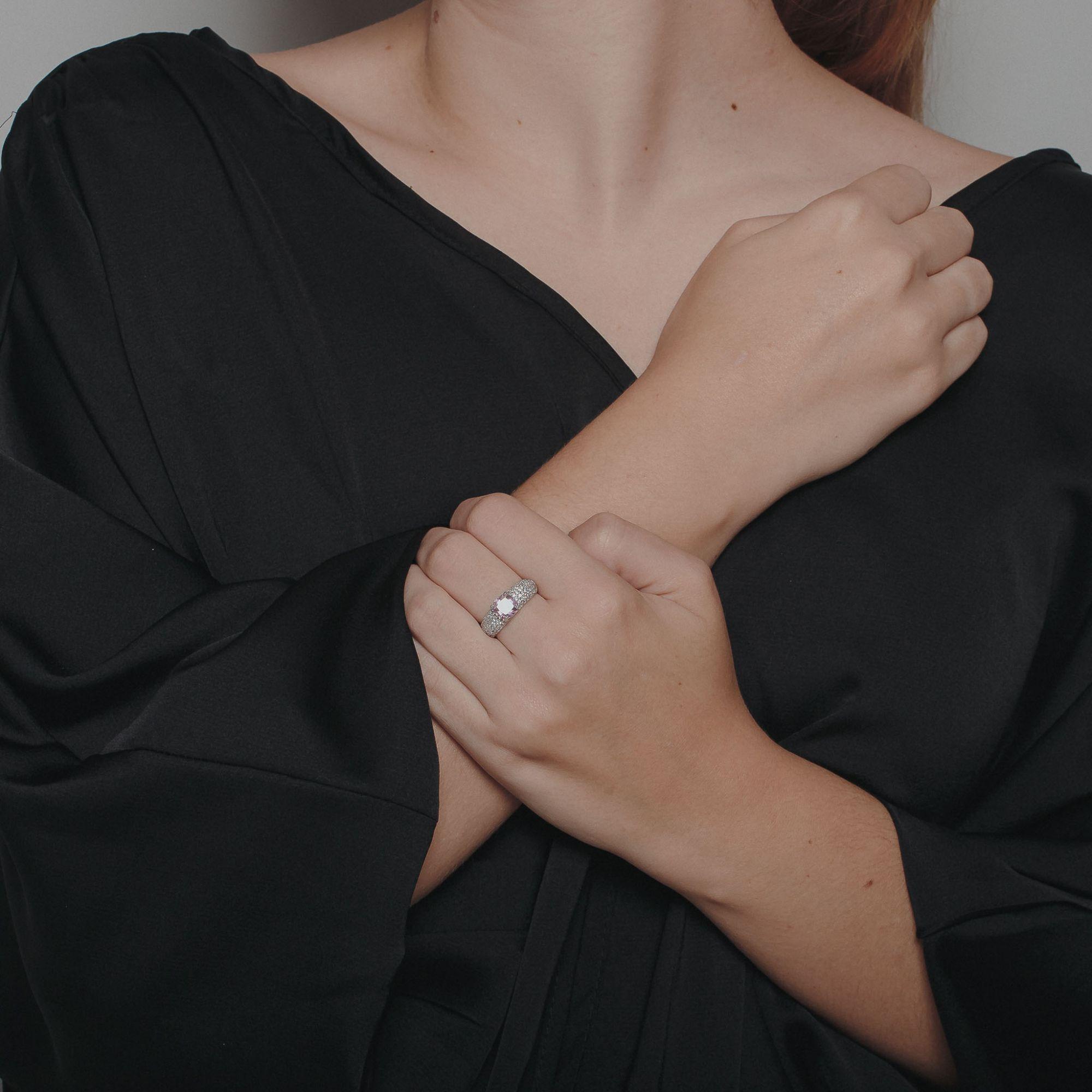 Anel com micro zircônias cristais e pedra central cor de rosa banho de ródio branco.  - bfdecor.com.br