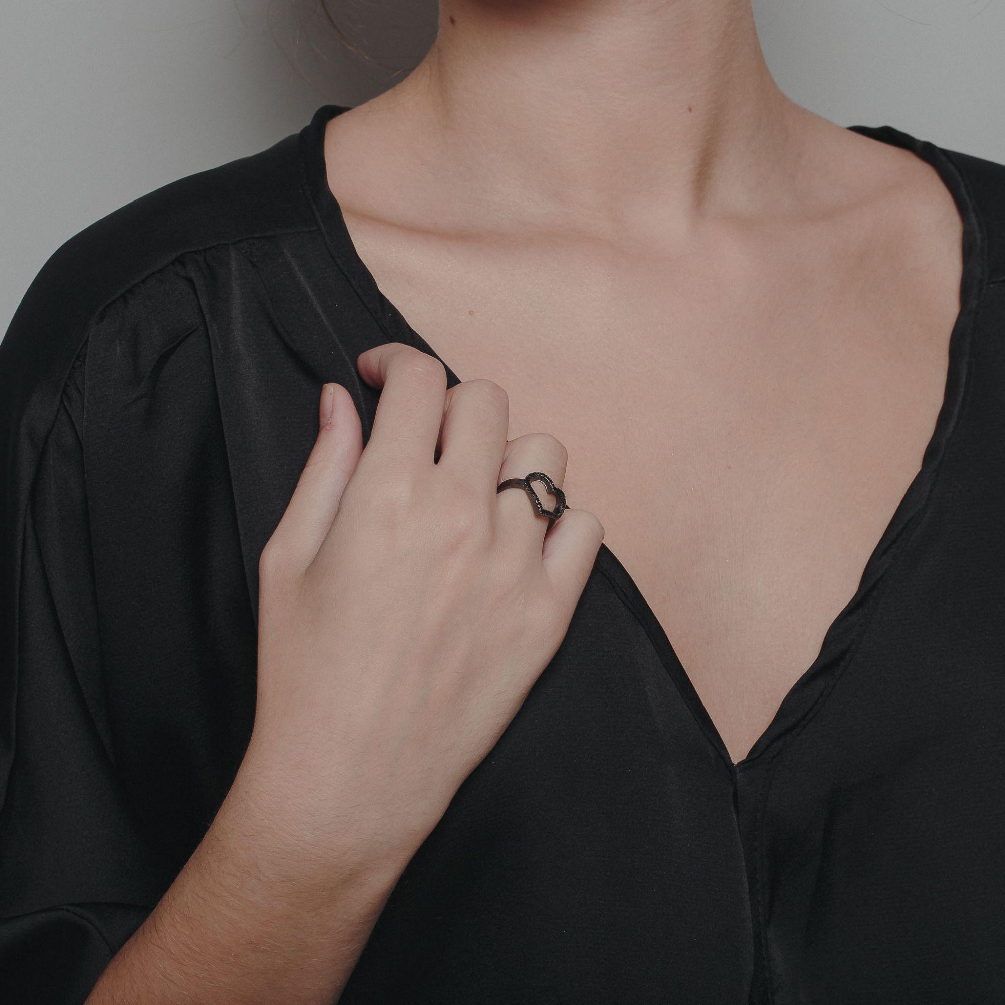 Anel de coração com micro zircônias negras banho de grafite.  - romabrazil.com.br